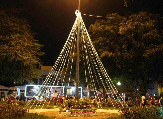 Prefeito Ademir Gobira inaugura as luzes natalinas e distribui presentes para as crianças