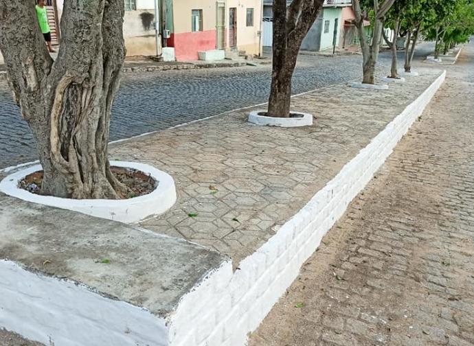 Prefeitura conclui pavimentação dos canteiros da Avenida Carlyle Guimarães Cardoso