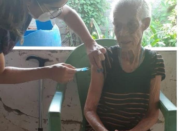 Almenara inicia imunização de idosos com idade a partir de 90 anos