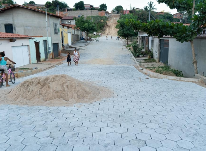 Prefeitura de Almenara realiza pavimentação da Avenida Argentino Antônio