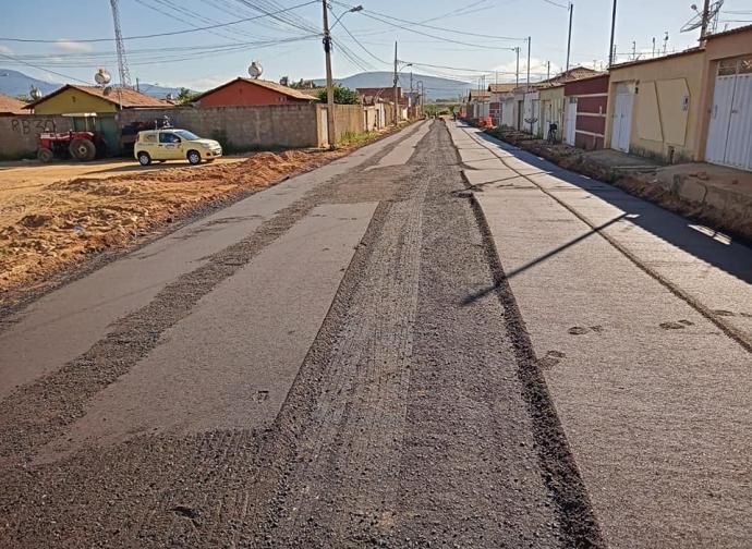 Prefeitura de Almenara pavimenta a Rua Trazíbulo Jason, no Bairro Parque São João