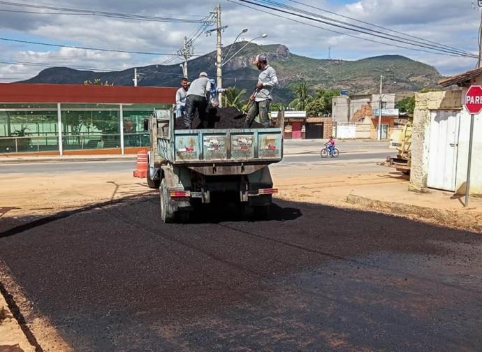 Prefeitura de Almenara reforma trecho da Rua Nelson Piana