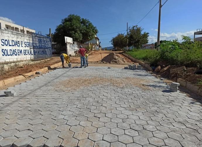 Prefeitura de Almenara inicia pavimentação da Rua Paralela à BR-367, no Bairro Cidade Nova