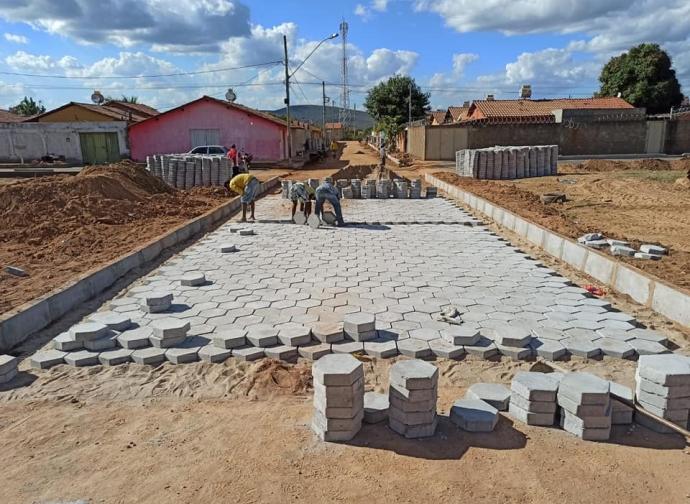Prefeitura de Almenara inicia obras de calçamento na Rua C, no Parque São João