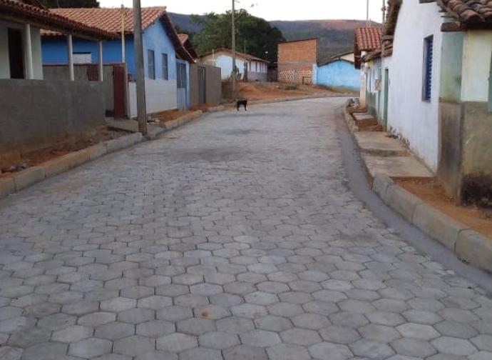 Prefeitura de Almenara conclui pavimentação da Rua São Francisco, em Pedra Grande