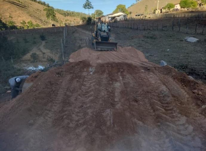 Prefeitura de Almenara realiza melhoria de infraestrutrura na Comunidade Padre Valdir