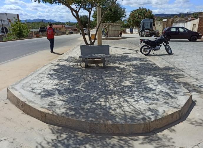 Prefeitura de Almenara realiza a reforma dos canteiros da Rua Lateral Direita com a BR 367, no Bairro Cidade Nova