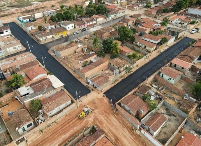 Prefeitura de Almenara realiza asfaltamento de ruas no Bairro Planalto